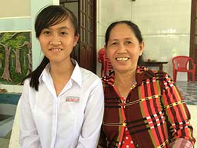 Nguyen Thi Phuong Linh and her mom
