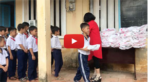 Phuong gives notebooks to elementary school students