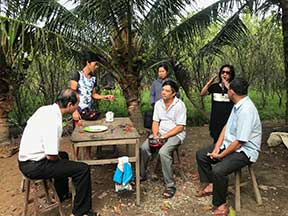 Phuong discusses project with town officials