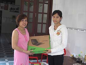 Phuong gives Mai Thy a new computer