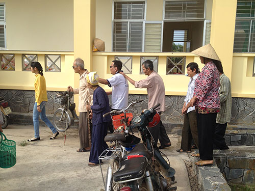 The blind arriving to get rice.